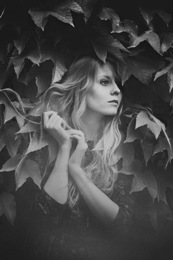 Monika Juraszek Fotografia Artystyczna: kobieta wśród liści
