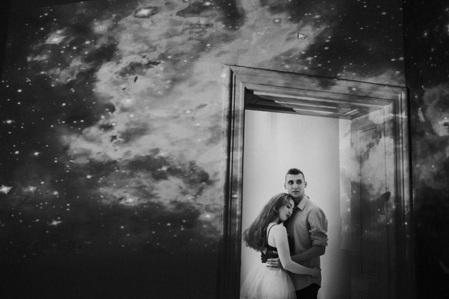 czarno-białe zdjęcia zakochanych - kosmos